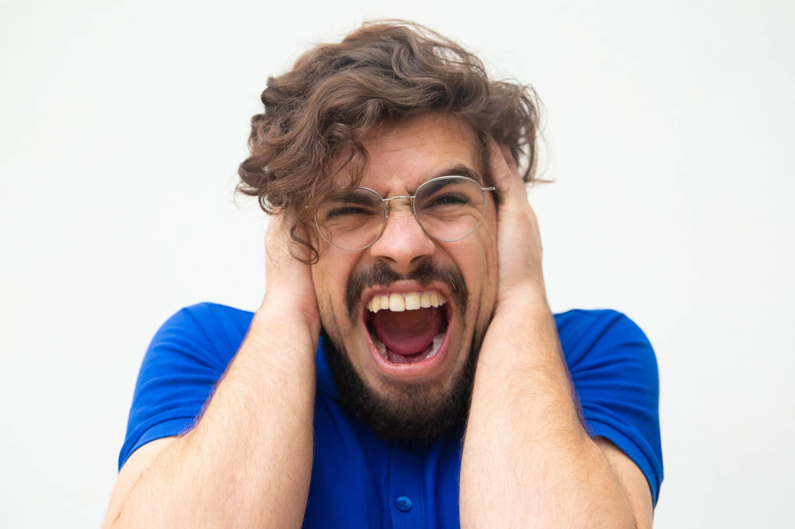 uomo con urla mentre ha attacco di panico