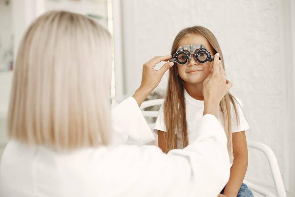 bambina a visita oculistica per diagnosticare ambliopia