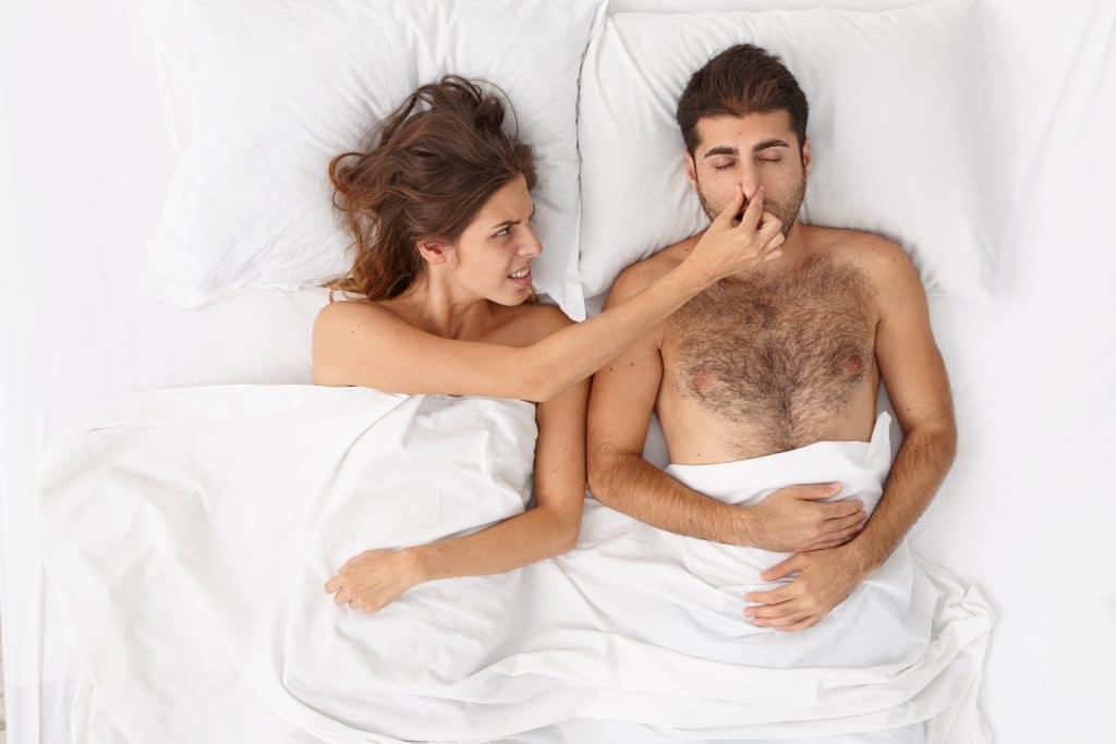 coppia a letto con lui che soffre di apnea notturna