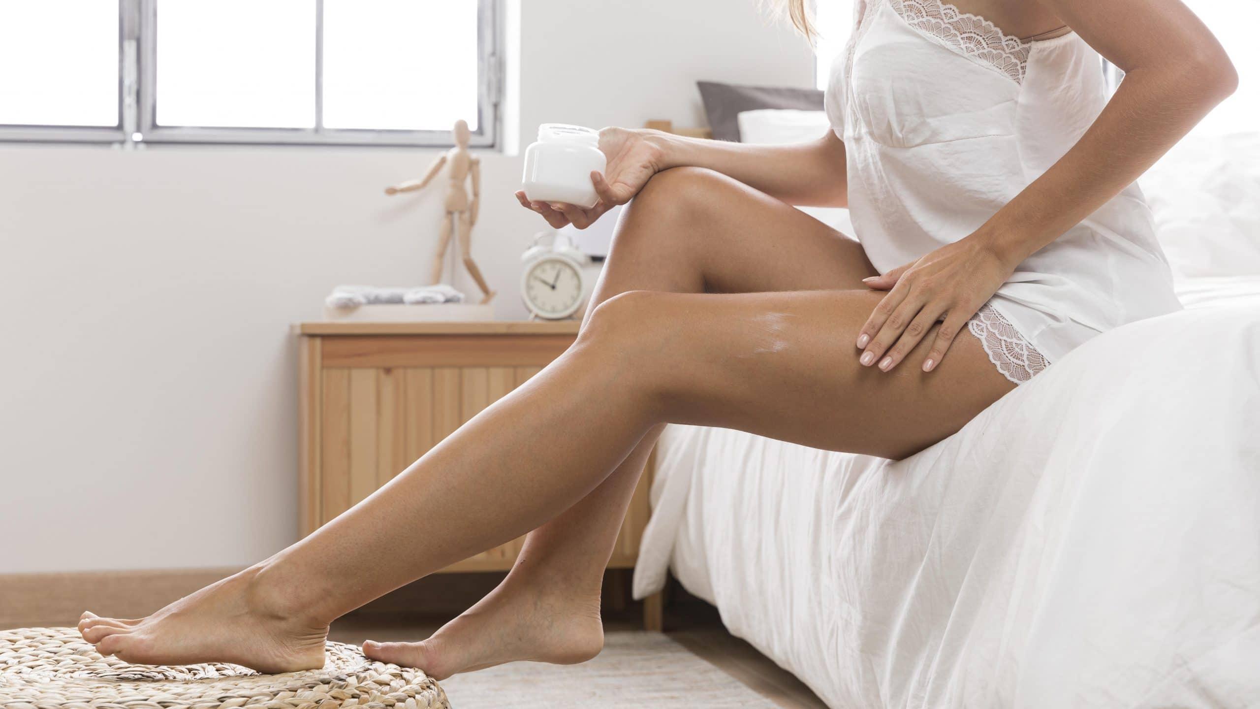 Donna che si massaggia le gambe - rimedi naturali per varici