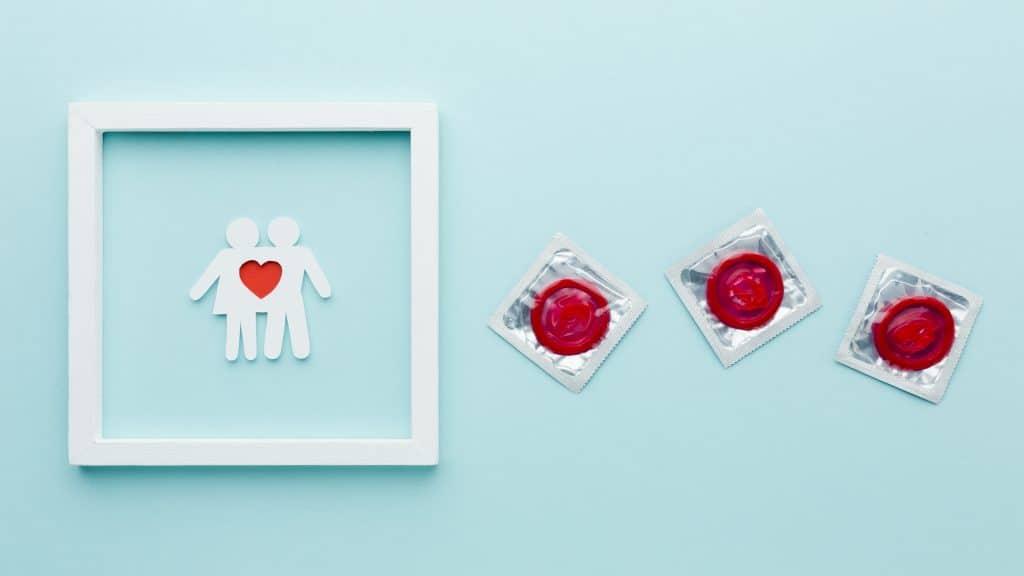 tre preservativi e una coppia a cartoon - metodi di contraccezione