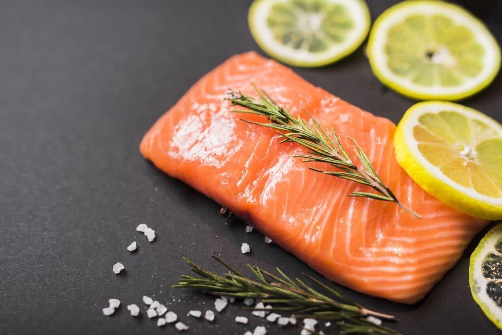 Piatto con salmone, limoni e rosmarino