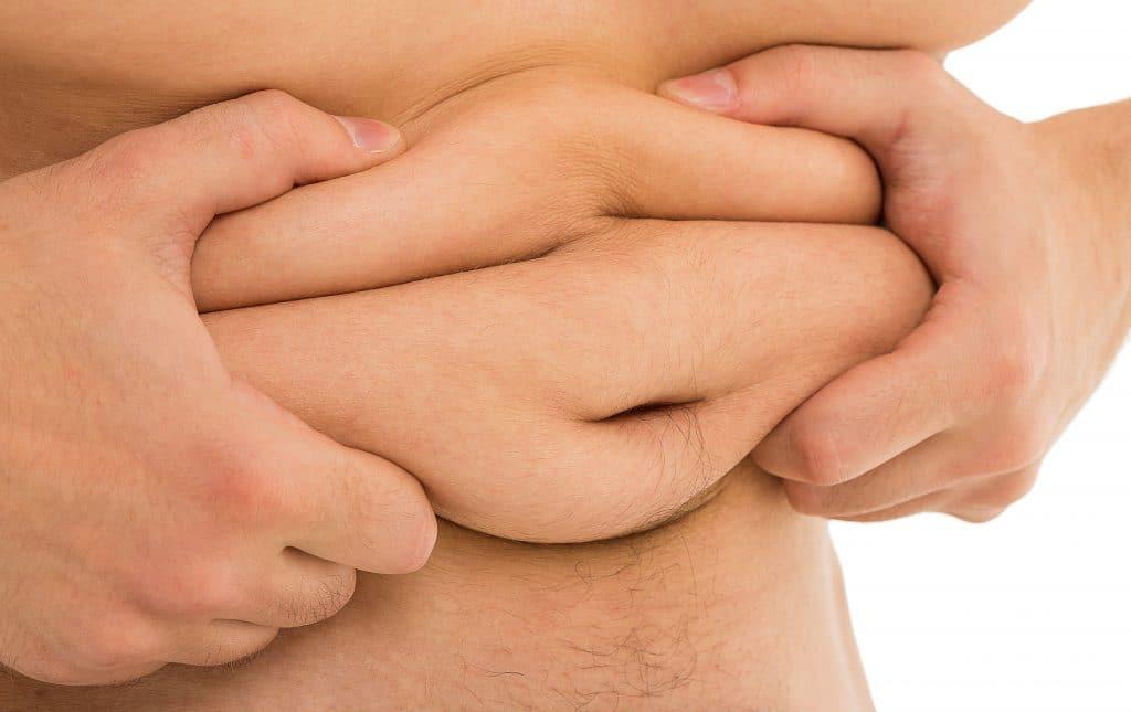 uomo si tiene il grasso in eccesso a livello della pancia