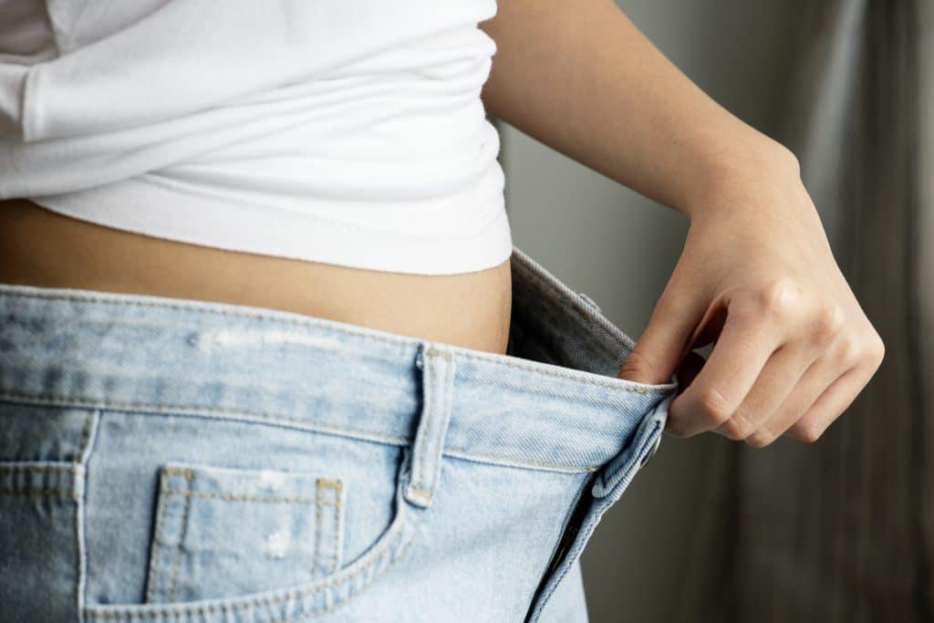 donna con pantaloni larghi perché ha perso peso