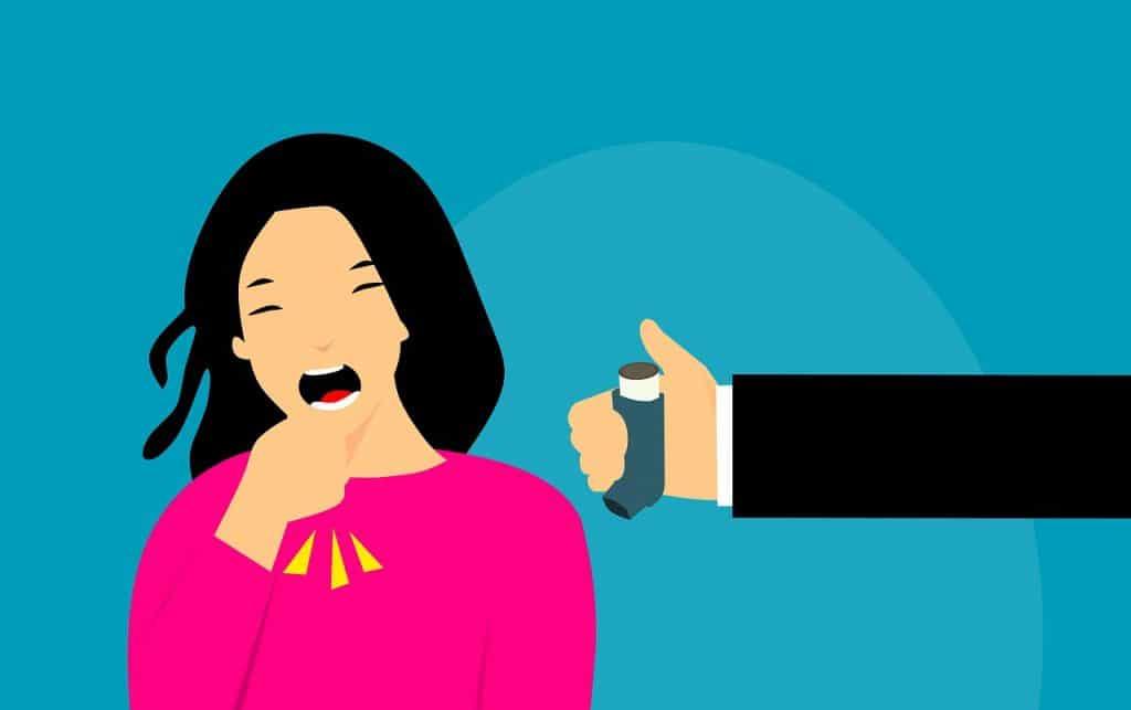 Cartoon di donna che tossisce e una mano esterna porge un inalatore per l'asma