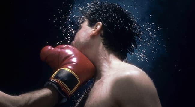 un boxer colpisce l'avversario con un pugno in faccia - trauma cranico sintomi e cause