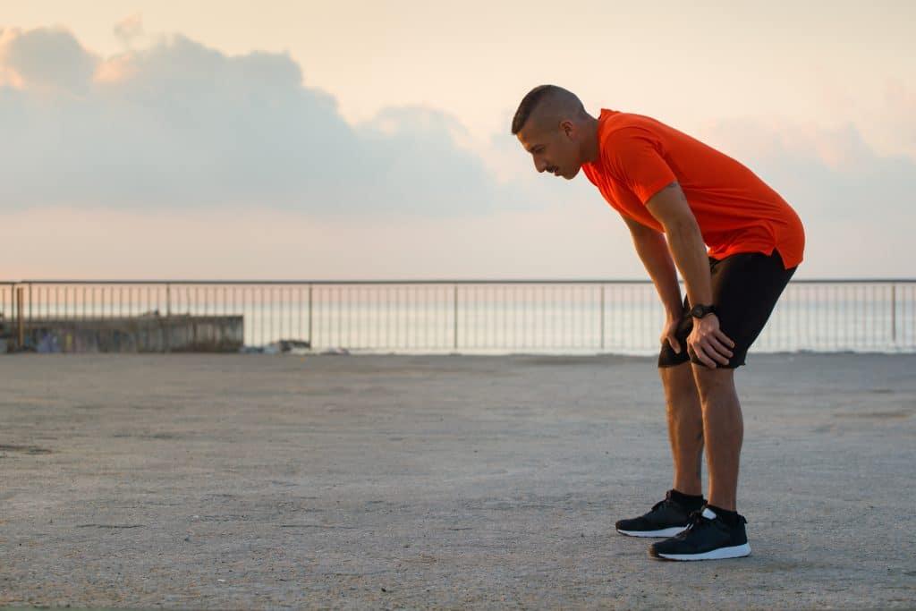 Uomo con respiro affannoso mentre fa jogging