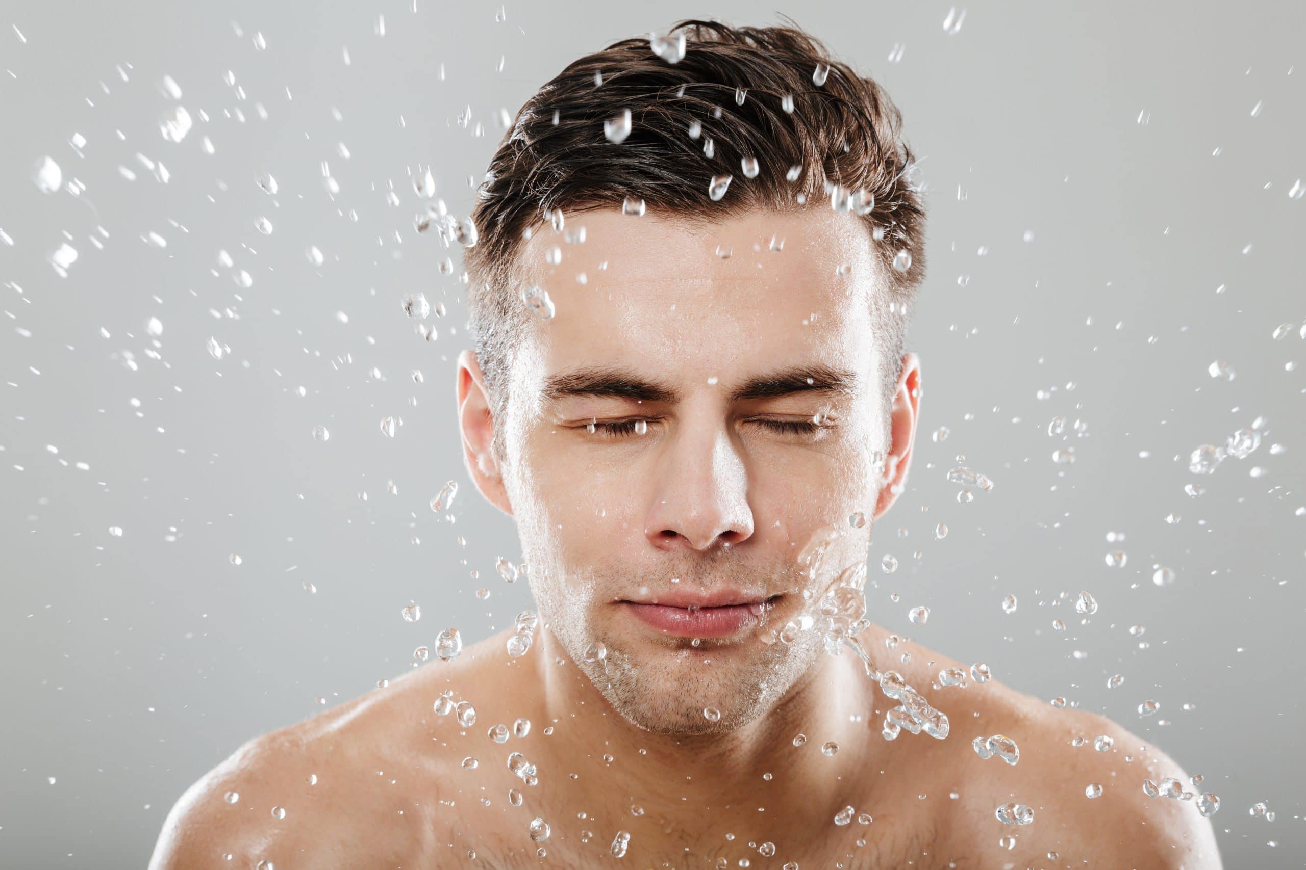 uomo in doccia - detergente intimo candida uomo