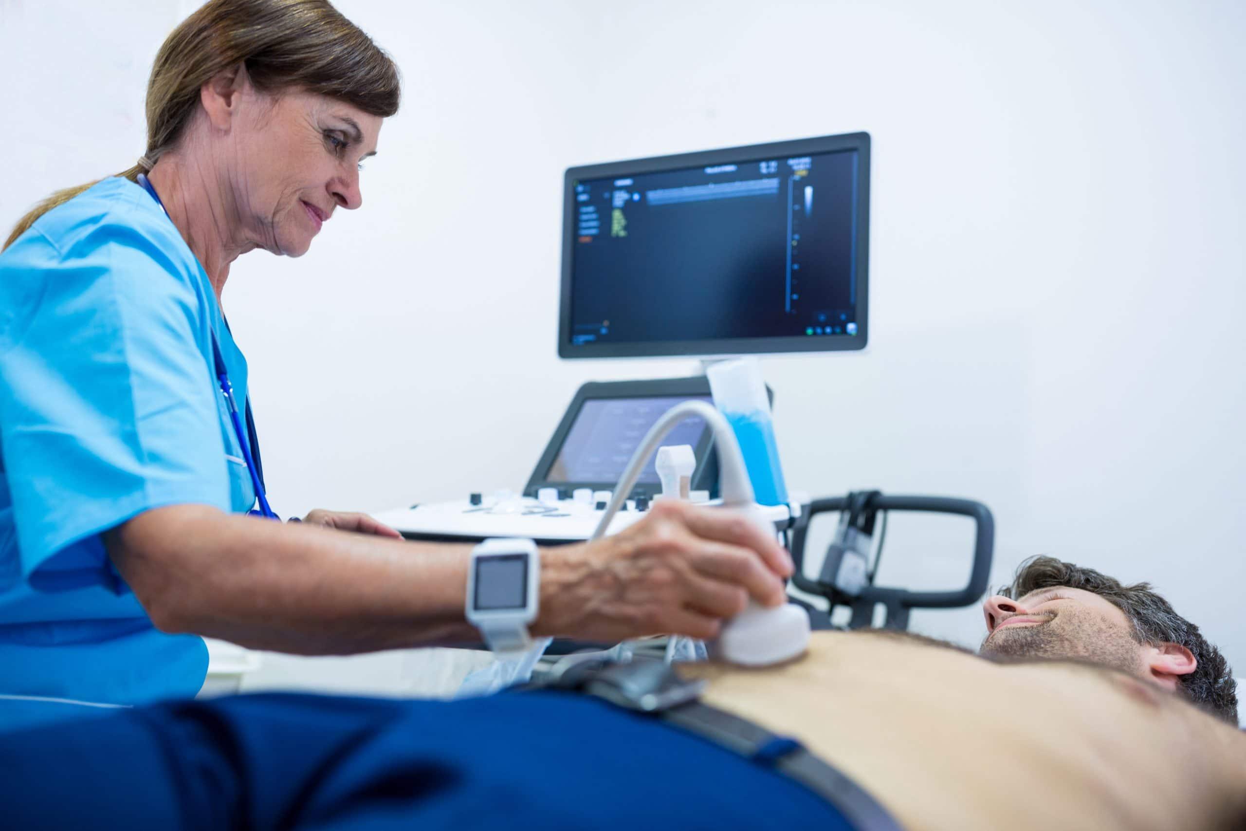 preparazione per ecografia addominale - dottore posa gel su addome paziente