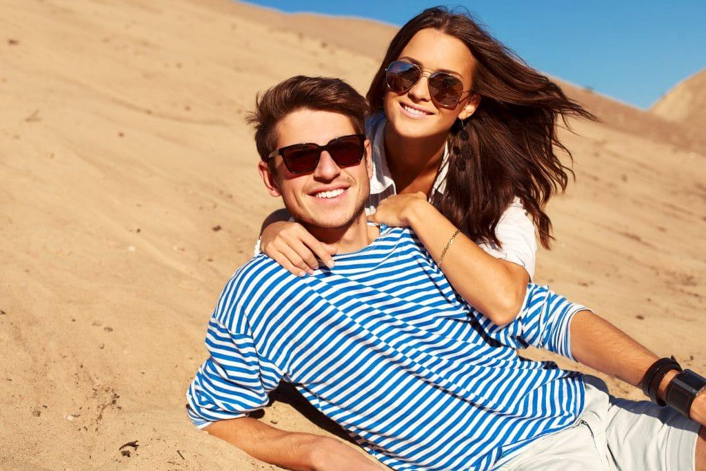coppia di fidanzati con occhiali da sole per proteggersi da allergie di primavera