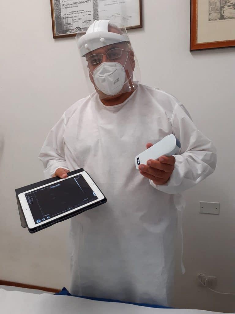 Il dottor Allegrini a lavoro mentre controlla i risultati di un'ecografia polmonare