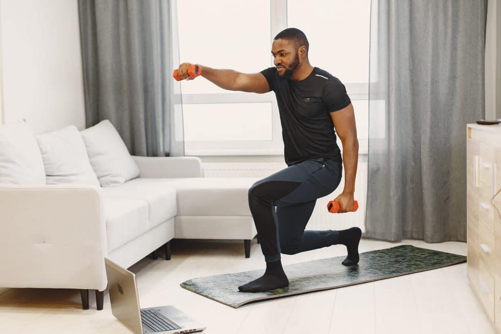 uomo che si allena da casa per perdere peso durante la quarantena da covid-19