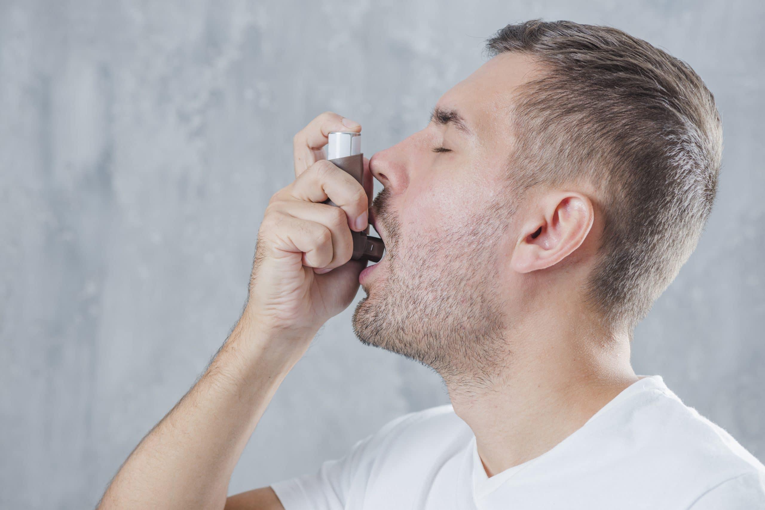 uomo con inalatore - come curare asma